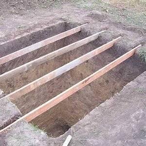 Для выгребной ямы готовят опалубку